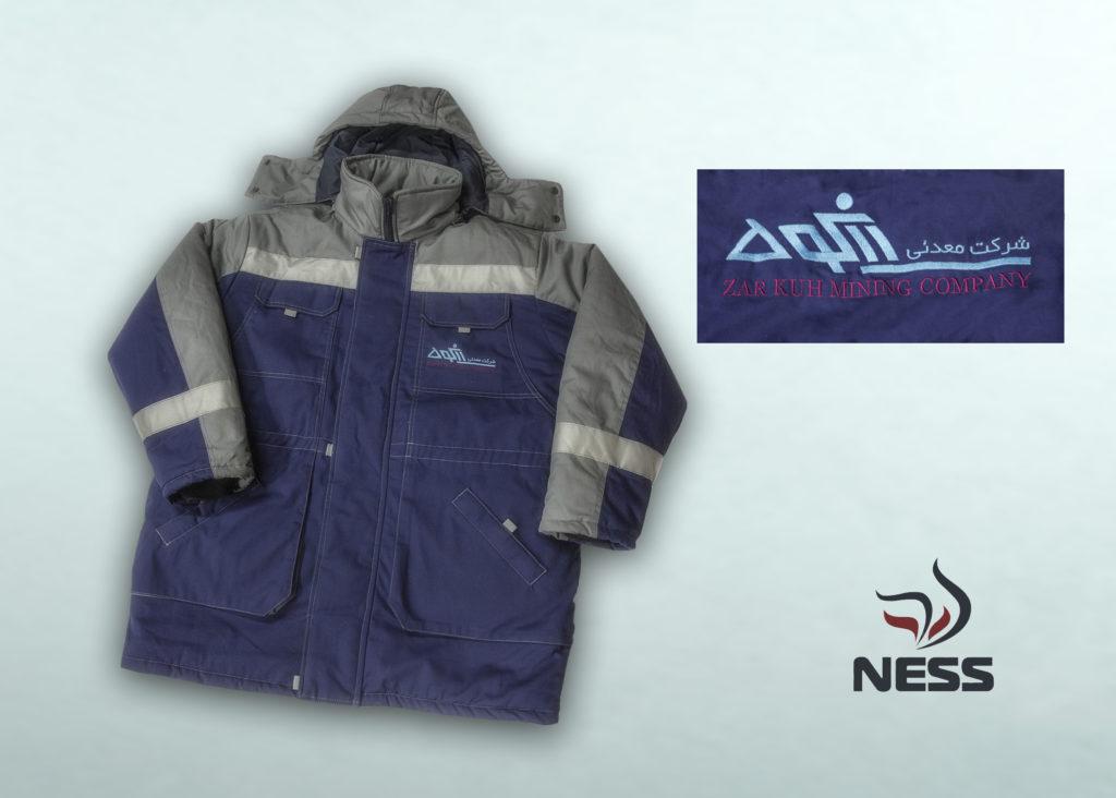 Куртка зимняя комбинированная. Съемный капюшон, съемная подстежка.   Ткань: «Премьер  Standart» МВО, хлопок – 35%, полиэфир - 65%, 250 г/м² Подкладка: полиэстер - 100%  Утеплитель:  Холлофайбер, 300 г/м²